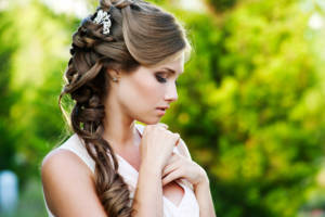 Before you get too close to the wedding date, explore these ideas about selecting a hairstyle that excites you and goes well with your outfit.